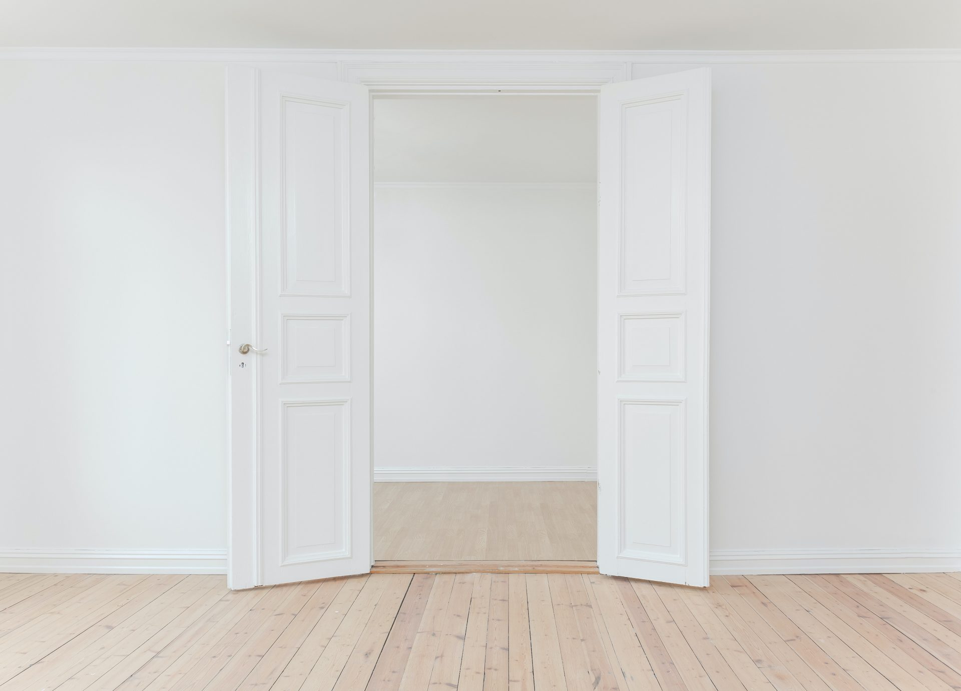 Photo of an empty interior with white walls